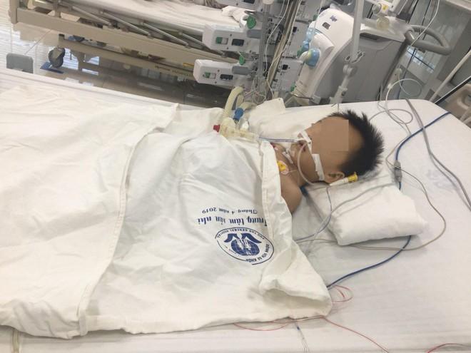 Bé trai 27 tháng tuổi nguy kịch nghi do uống thuốc hạ sốt quá liều - ảnh 1