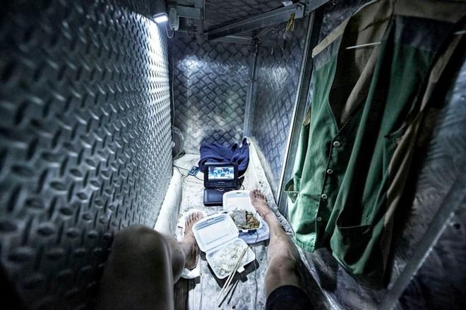 Bên trong 'nhà lồng' chật hẹp giống như quan tài ở Hong Kong - ảnh 3