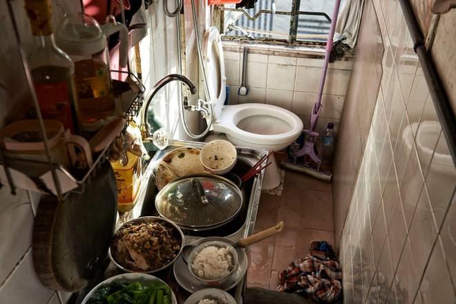 Bên trong 'nhà lồng' chật hẹp giống như quan tài ở Hong Kong - ảnh 6