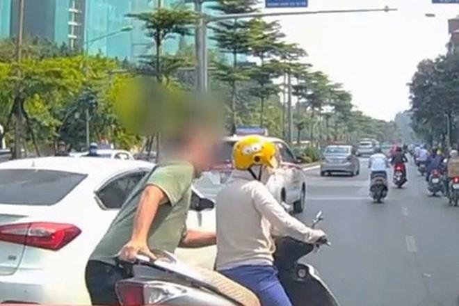 Thót tim nữ ninja đi băng băng trên đường Hà Nội, 1 tay lái xe máy, 1 tay... bồng con nhỏ - ảnh 7