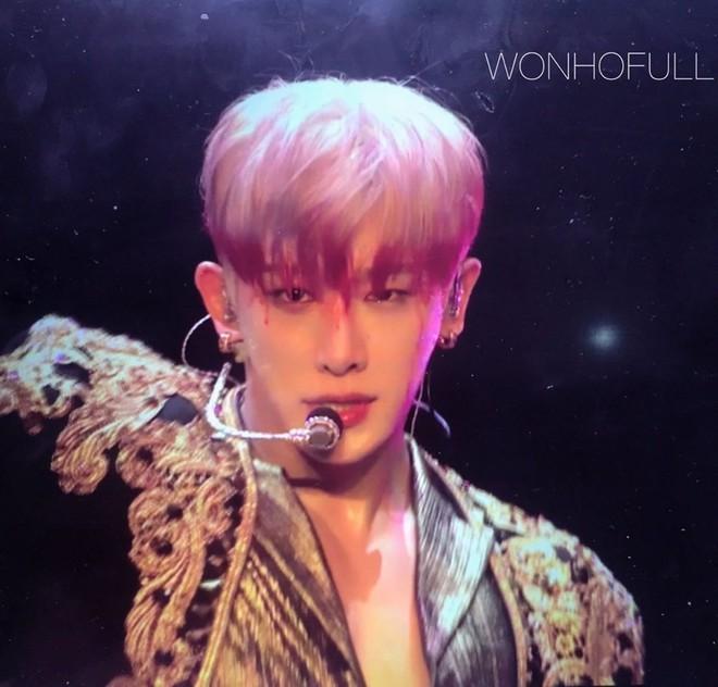 Fan hốt hoảng khi tưởng Wonho (MONSTA X) bị chảy máu đầu khi đang biểu diễn, nhưng sự thật là gì? - ảnh 1