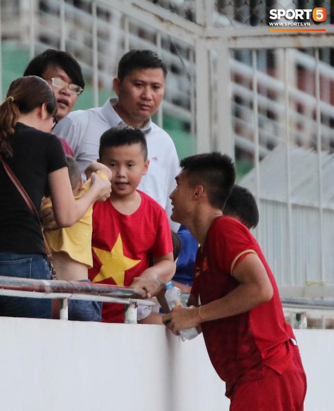 Ấm lòng phút giây xum vầy cùng gia đình của các cầu thủ U18 Việt Nam sau thất bại tại giải U18 Đông Nam Á 2019 - ảnh 7