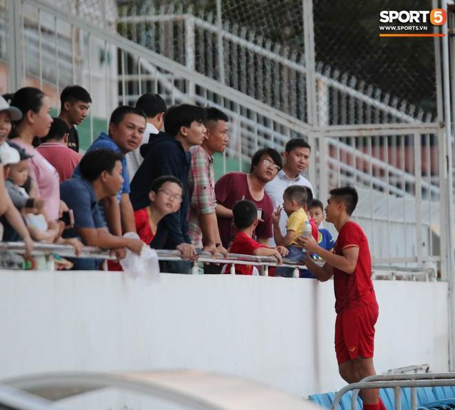 Ấm lòng phút giây xum vầy cùng gia đình của các cầu thủ U18 Việt Nam sau thất bại tại giải U18 Đông Nam Á 2019 - ảnh 8