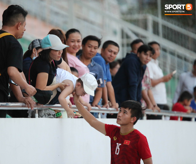 Ấm lòng phút giây xum vầy cùng gia đình của các cầu thủ U18 Việt Nam sau thất bại tại giải U18 Đông Nam Á 2019 - ảnh 10