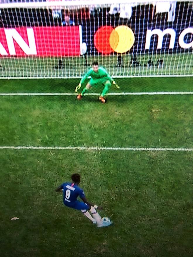 Siêu cúp châu Âu: Thủ môn Liverpool ăn gian trong loạt sút luân lưu quyết định - ảnh 2