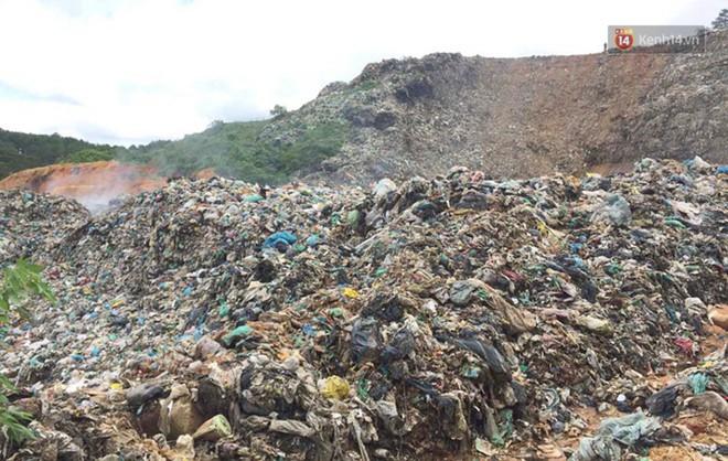 Cận cảnh núi rác ngàn tấn đổ ập xuống ruộng vườn ở Đà Lạt - ảnh 3