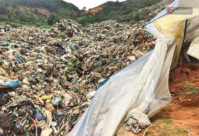 Cận cảnh núi rác ngàn tấn đổ ập xuống ruộng vườn ở Đà Lạt - ảnh 1