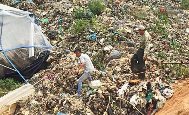 Cận cảnh núi rác ngàn tấn đổ ập xuống ruộng vườn ở Đà Lạt - ảnh 6