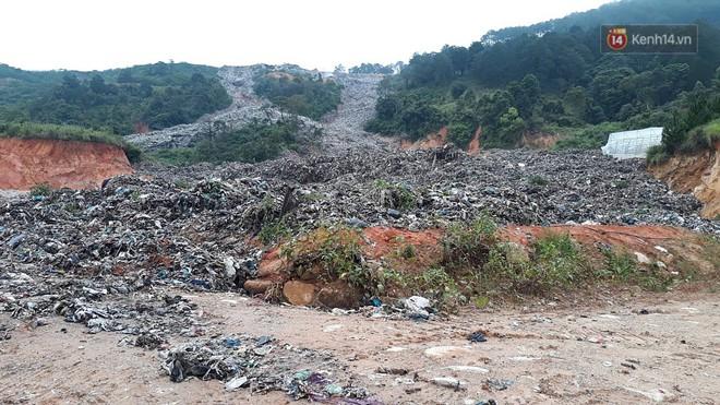 Cận cảnh núi rác ngàn tấn đổ ập xuống ruộng vườn ở Đà Lạt - ảnh 4