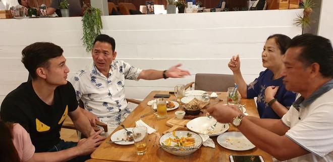 Tâm sự xúc động của bố Văn Lâm thuở cơ hàn: Bác ruột phải bán chiếc khuyên tai vàng của bà nội để nuôi hai bố con - ảnh 1