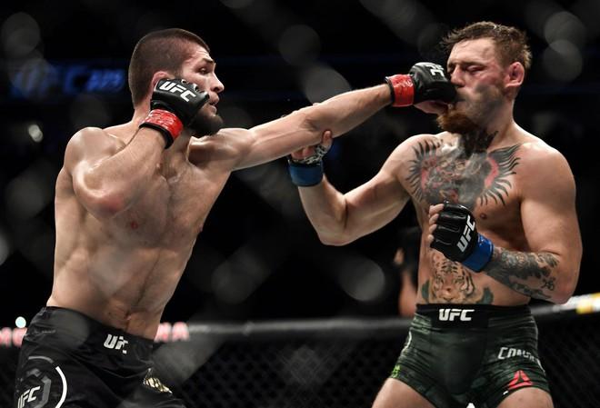 Biến căng: Bị từ chối lời mời rượu, võ sĩ MMA kiếm tiền giỏi nhất thế giới gây sốc khi đấm thẳng vào mặt một ông lão - ảnh 2