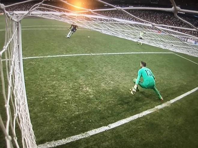 Siêu cúp châu Âu: Thủ môn Liverpool ăn gian trong loạt sút luân lưu quyết định - ảnh 1