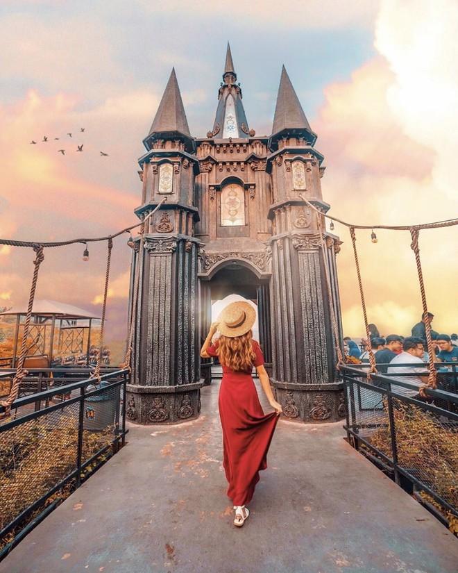 Đẹp thì có đẹp nhưng nhìn loạt Instagram của travel blogger xứ người mà không khỏi thắc mắc: Đây là du lịch hay cuộc đua chỉnh ảnh lố tay? - ảnh 11