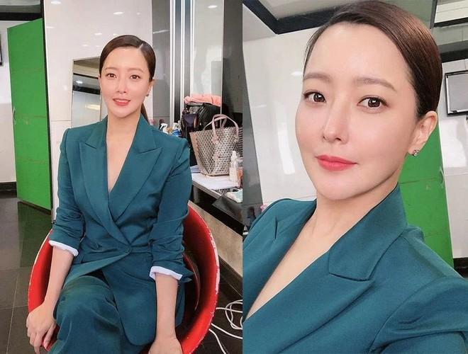 Cả Weibo choáng với ảnh dự sinh nhật bạn của Kim Hee Sun: Làn da 42 tuổi không tì vết, trở thành trung tâm bữa tiệc - ảnh 5
