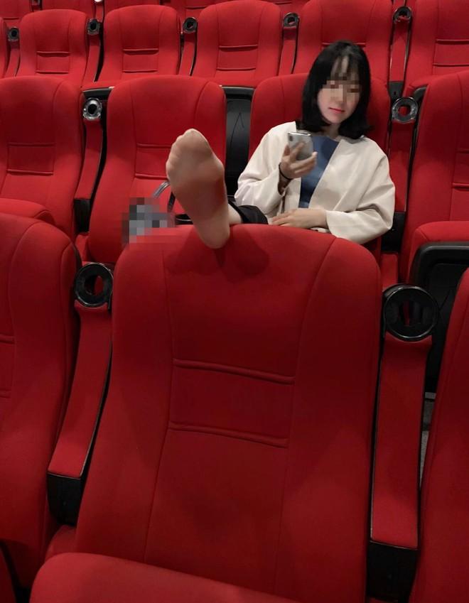 Girl xinh đi xem phim nhưng vô tư gác chân lên ghế: Đẹp mà ý thức kém thì cũng vứt đi? - ảnh 1