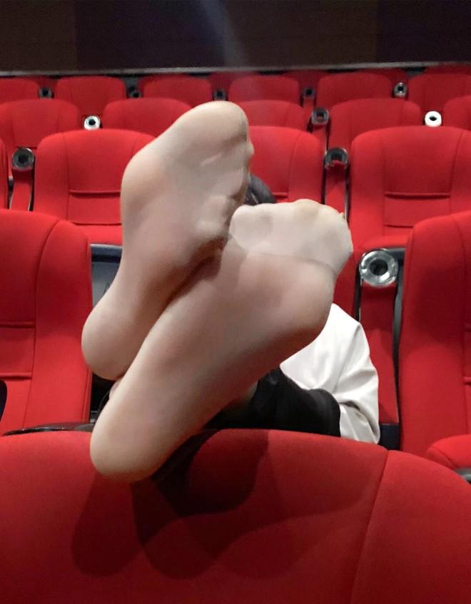 Girl xinh đi xem phim nhưng vô tư gác chân lên ghế: Đẹp mà ý thức kém thì cũng vứt đi? - ảnh 2