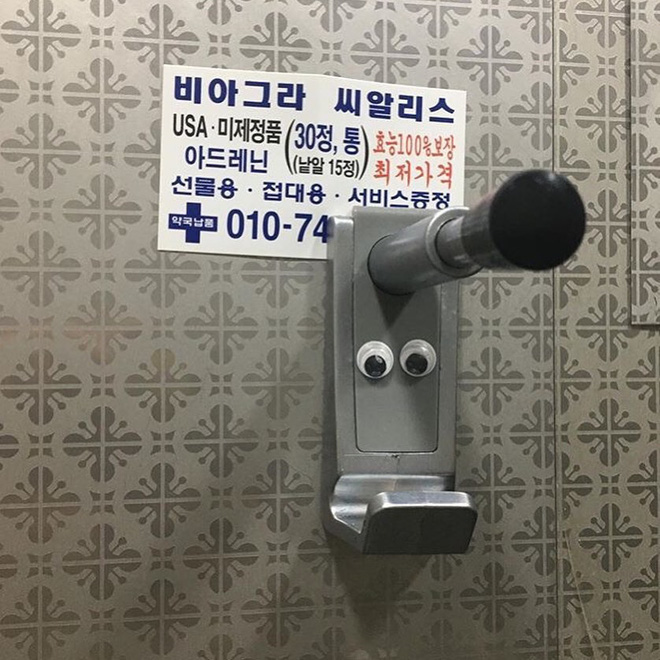 Giới trẻ Hàn đua nhau dán sticker hình đôi mắt trong nhà vệ sinh nam để đàn ông hiểu cảm giác bị quay lén của chị em phụ nữ - ảnh 2