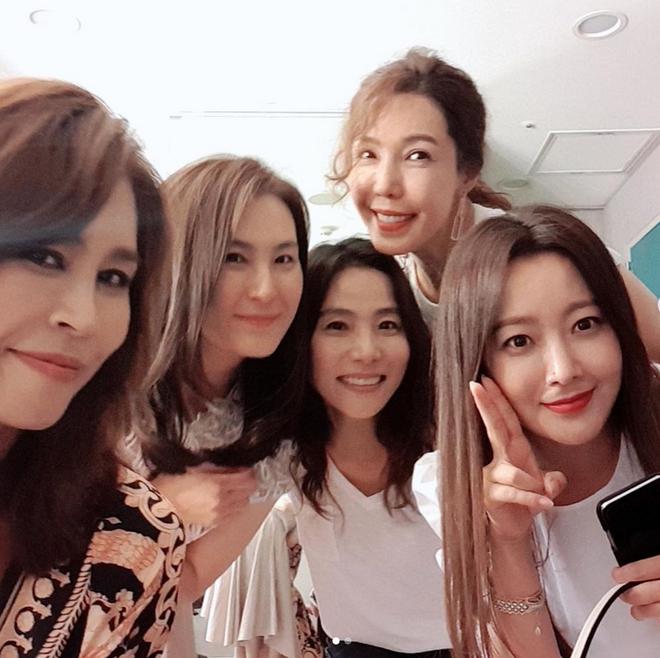 Cả Weibo choáng với ảnh dự sinh nhật bạn của Kim Hee Sun: Làn da 42 tuổi không tì vết, trở thành trung tâm bữa tiệc - ảnh 4