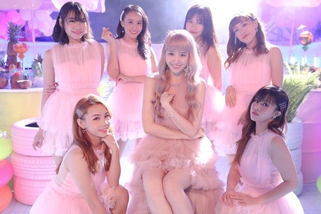 Hari Won trong MV mới chính là minh chứng: Màu tóc tẩy sáng chưa chắc đã giúp bạn xinh hơn tóc tối màu - ảnh 4