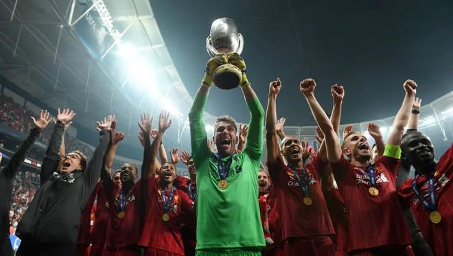 Người hùng của Liverpool ở Siêu cúp châu Âu dính chấn thương vì lý do vô cùng hy hữu, đẩy đội bóng vào cơn khủng hoảng thiếu thủ môn trầm trọng - Ảnh 2.