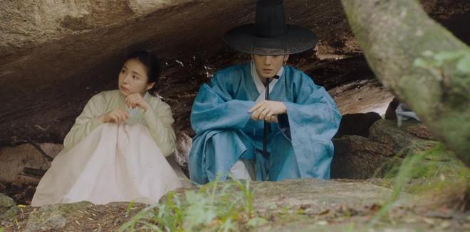 Tân Binh Sử Học Goo Hae Ryung: Shin Se Kyung lén lút làm bậy nhưng gương mặt phản chủ đã tố giác tất cả - Ảnh 1.