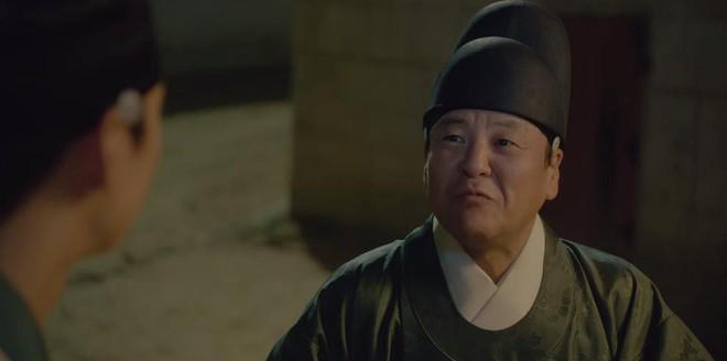 Tân Binh Sử Học Goo Hae Ryung: Shin Se Kyung lén lút làm bậy nhưng gương mặt phản chủ đã tố giác tất cả - Ảnh 3.