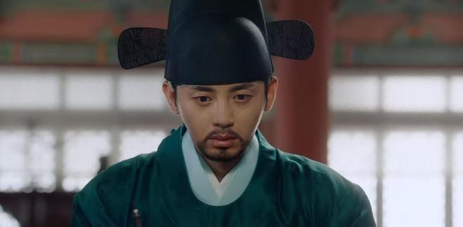 Tân Binh Sử Học Goo Hae Ryung: Shin Se Kyung lén lút làm bậy nhưng gương mặt phản chủ đã tố giác tất cả - Ảnh 6.