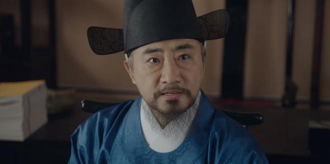 Tân Binh Sử Học Goo Hae Ryung: Shin Se Kyung lén lút làm bậy nhưng gương mặt phản chủ đã tố giác tất cả - Ảnh 7.