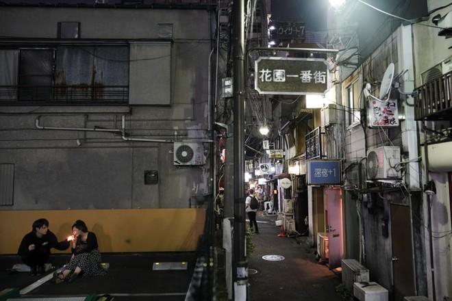 Phố cổ hoàng kim của Tokyo: Nơi 300 nhà hàng cùng nhau trốn thế giới hiện đại, chen chúc trong diện tích bằng nửa sân bóng - Ảnh 9.
