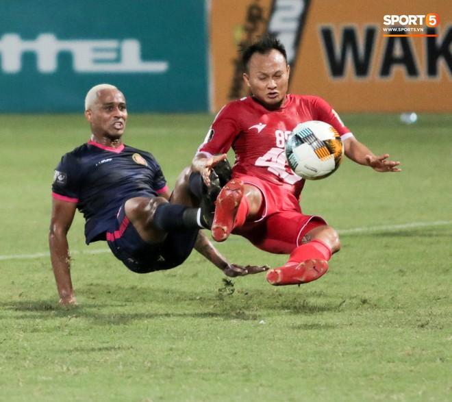 Tiền vệ U23 Việt Nam liên tục đập tay xuống đất, phải nhờ bác sĩ cõng về vì quá đau sau trận thua tại V.League 2019 - ảnh 9