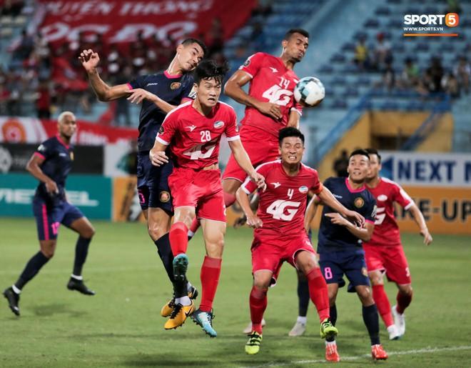 Tiền vệ U23 Việt Nam liên tục đập tay xuống đất, phải nhờ bác sĩ cõng về vì quá đau sau trận thua tại V.League 2019 - ảnh 10