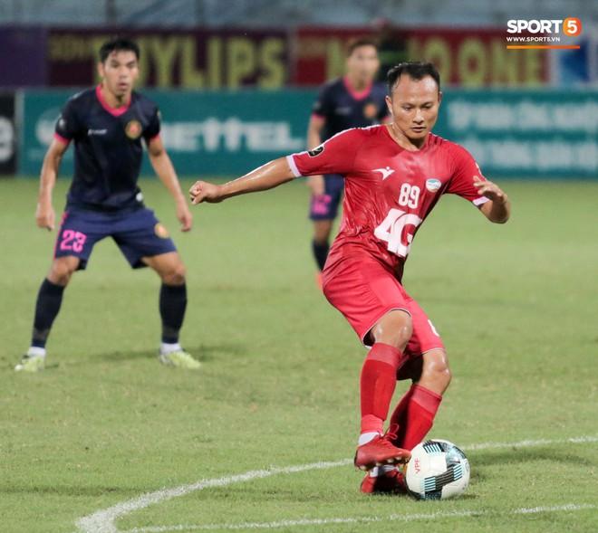 Tiền vệ U23 Việt Nam liên tục đập tay xuống đất, phải nhờ bác sĩ cõng về vì quá đau sau trận thua tại V.League 2019 - ảnh 8