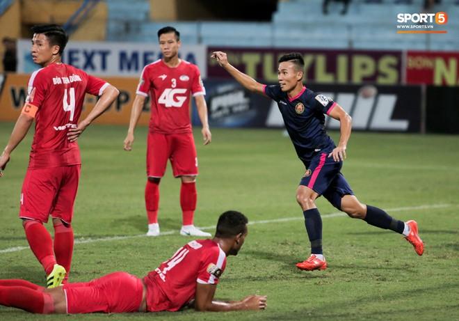 Tiền vệ U23 Việt Nam liên tục đập tay xuống đất, phải nhờ bác sĩ cõng về vì quá đau sau trận thua tại V.League 2019 - ảnh 11