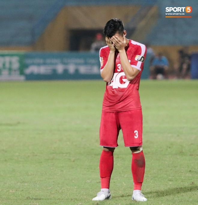Tiền vệ U23 Việt Nam liên tục đập tay xuống đất, phải nhờ bác sĩ cõng về vì quá đau sau trận thua tại V.League 2019 - ảnh 14