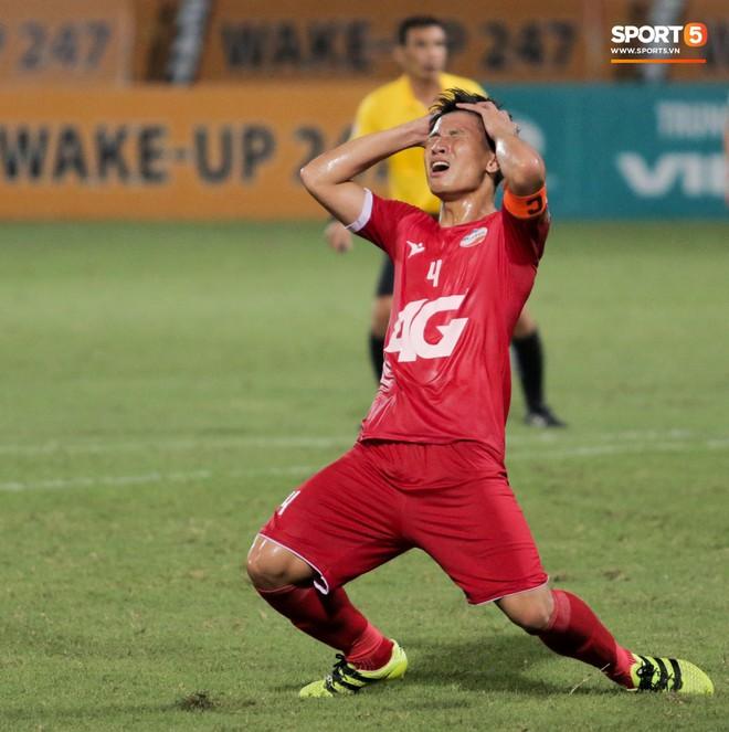 Tiền vệ U23 Việt Nam liên tục đập tay xuống đất, phải nhờ bác sĩ cõng về vì quá đau sau trận thua tại V.League 2019 - ảnh 13