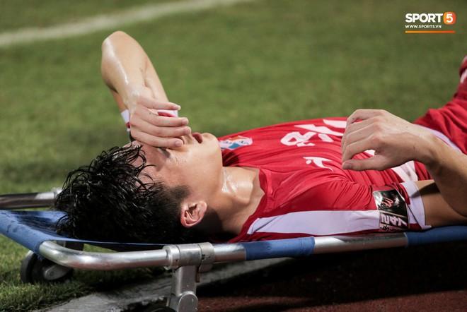 Tiền vệ U23 Việt Nam liên tục đập tay xuống đất, phải nhờ bác sĩ cõng về vì quá đau sau trận thua tại V.League 2019 - ảnh 1