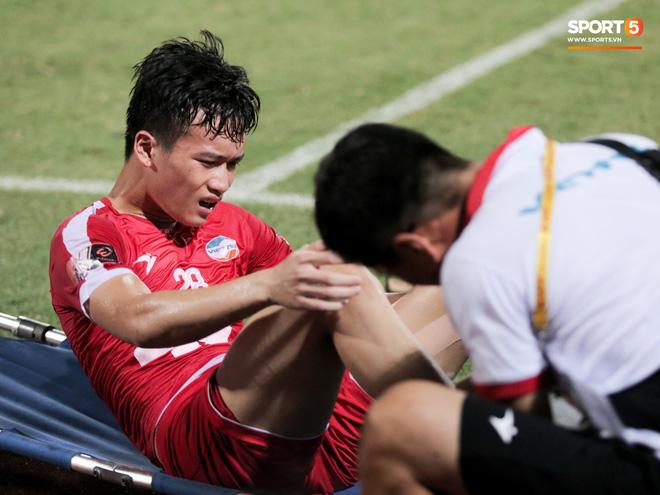 Tiền vệ U23 Việt Nam liên tục đập tay xuống đất, phải nhờ bác sĩ cõng về vì quá đau sau trận thua tại V.League 2019 - ảnh 2