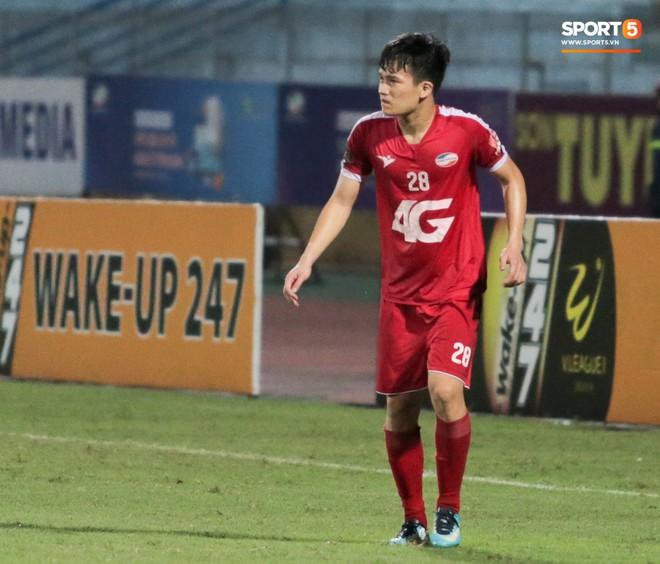 Tiền vệ U23 Việt Nam liên tục đập tay xuống đất, phải nhờ bác sĩ cõng về vì quá đau sau trận thua tại V.League 2019 - ảnh 3