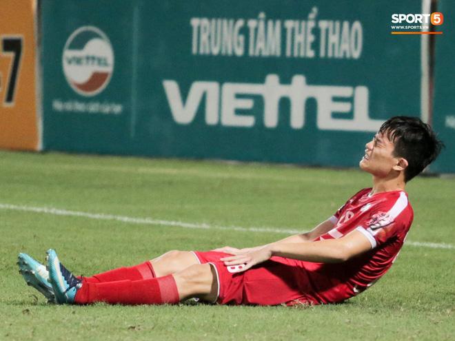 Tiền vệ U23 Việt Nam liên tục đập tay xuống đất, phải nhờ bác sĩ cõng về vì quá đau sau trận thua tại V.League 2019 - ảnh 4