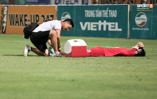 Tiền vệ U23 Việt Nam liên tục đập tay xuống đất, phải nhờ bác sĩ cõng về vì quá đau sau trận thua tại V.League 2019 - ảnh 5