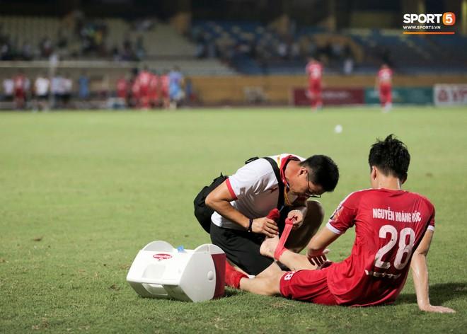 Tiền vệ U23 Việt Nam liên tục đập tay xuống đất, phải nhờ bác sĩ cõng về vì quá đau sau trận thua tại V.League 2019 - ảnh 6