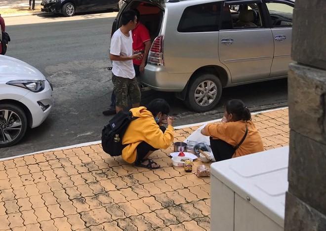 Cay mắt cảnh mẹ và con gái ngồi ăn cơm ngay giữa sân trường trong đưa con đi nhập học - ảnh 1