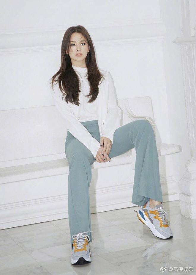 Biết là Song Hye Kyo đã khác xưa nhưng dân tình vẫn không thể quen với cách kẻ mắt sắc lẹm dữ dằn này của cô - ảnh 10