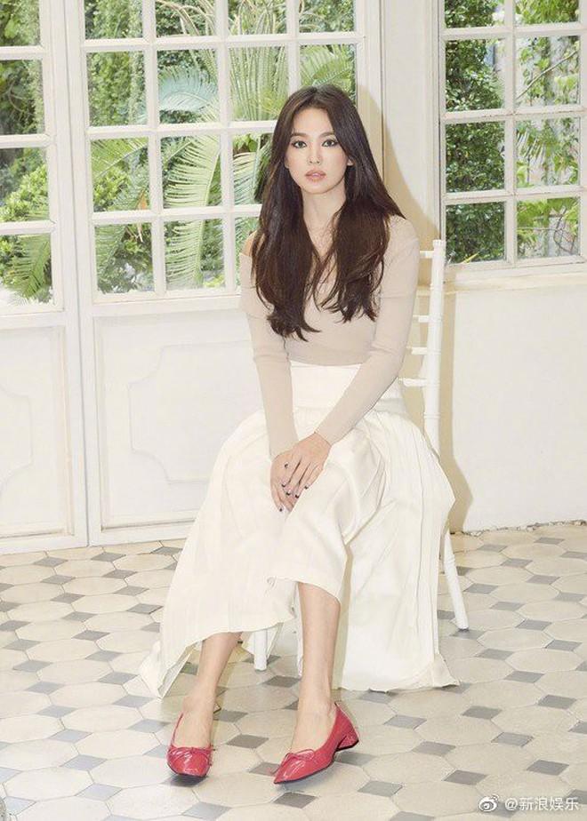 Biết là Song Hye Kyo đã khác xưa nhưng dân tình vẫn không thể quen với cách kẻ mắt sắc lẹm dữ dằn này của cô - ảnh 11