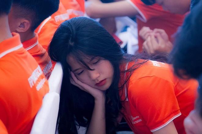 Ngủ gật trong lễ khai giảng, nữ sinh gây sốt vì vẻ ngoài xinh xắn nhưng vẫn bị chê diễn, làm màu - ảnh 1