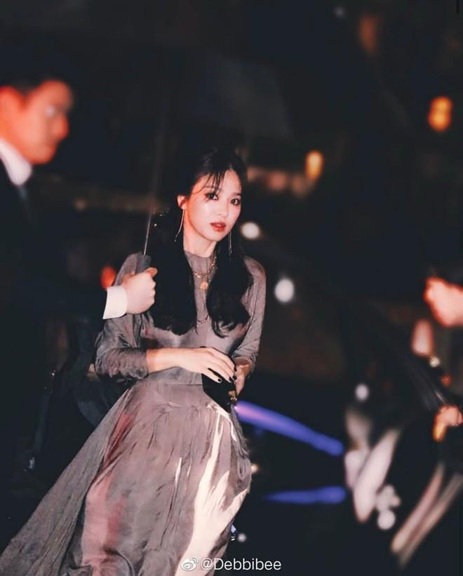Biết là Song Hye Kyo đã khác xưa nhưng dân tình vẫn không thể quen với cách kẻ mắt sắc lẹm dữ dằn này của cô - ảnh 13