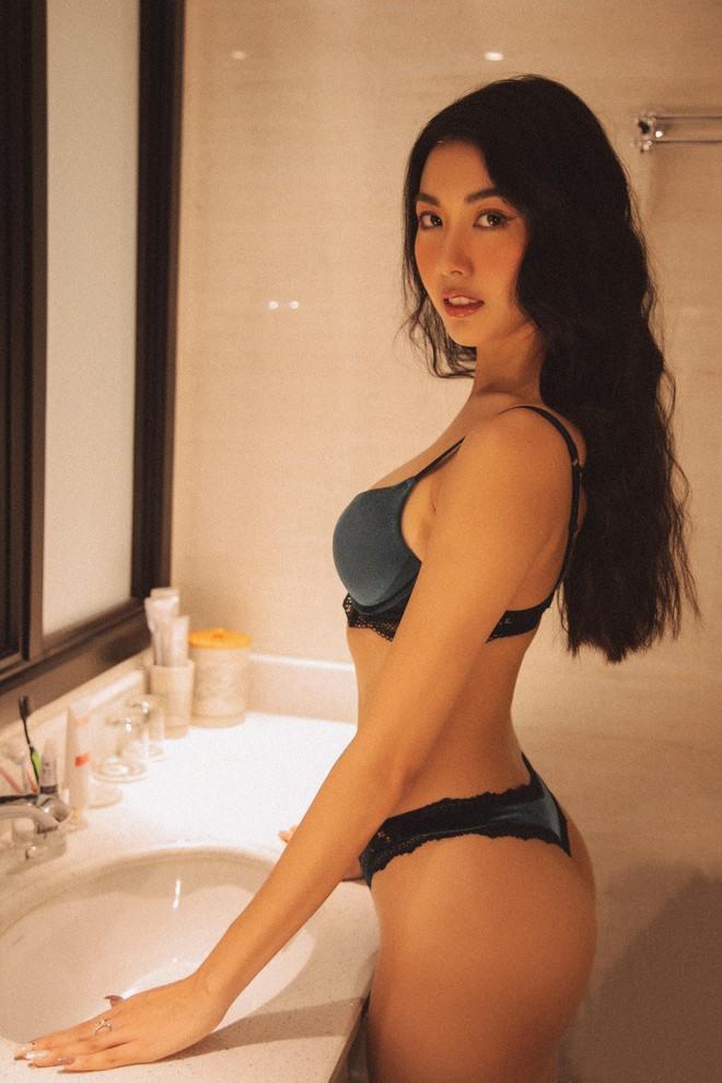 Bỏng mắt với bộ ảnh diện nội y hiếm hoi của Thúy Vân: Khoe đường cong bốc lửa giữa tin đồn trở lại Hoa hậu Hoàn vũ - ảnh 1