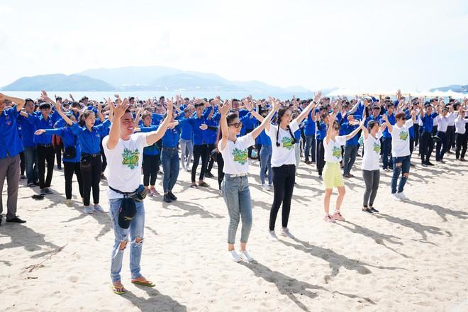 Mai Phương Thúy phơi nắng nhảy flashmob với cả ngàn học sinh, sinh viên, nghệ sĩ - ảnh 4