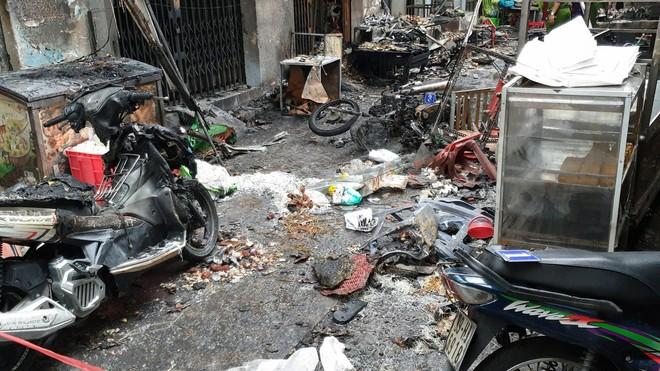 Bình gas bị rơi trong hẻm khiến 6 ki ốt ở Sài Gòn bị cháy rụi, người dân leo tường thoát thân   - Ảnh 3.