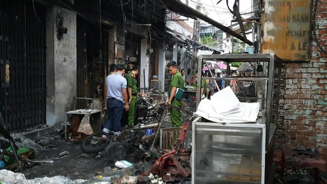 Bình gas bị rơi trong hẻm khiến 6 ki ốt ở Sài Gòn bị cháy rụi, người dân leo tường thoát thân   - Ảnh 4.